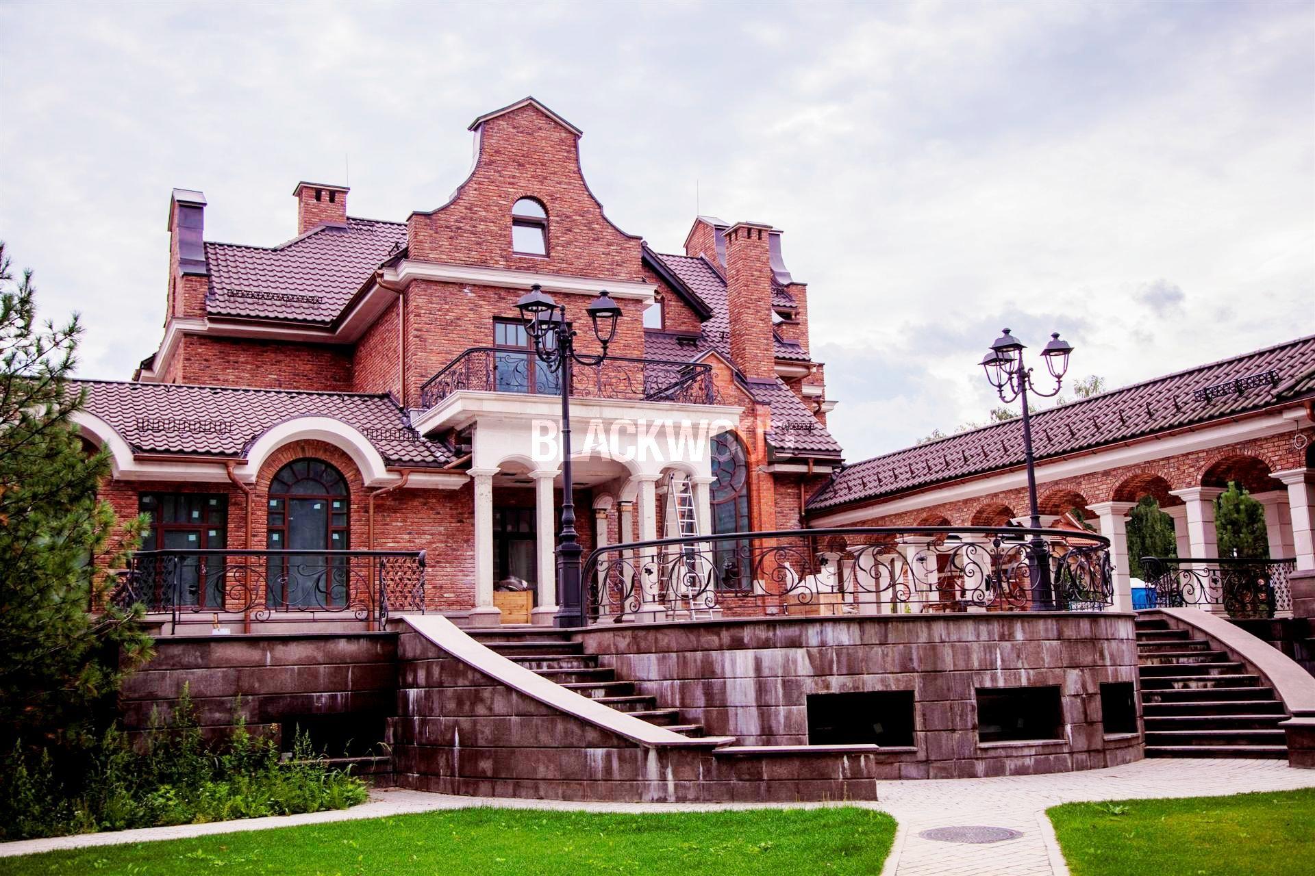 Резиденция в уникальном природном ландшафте на берегу озера и построена по авторскому архитектурному проекту Михаила Лопатина