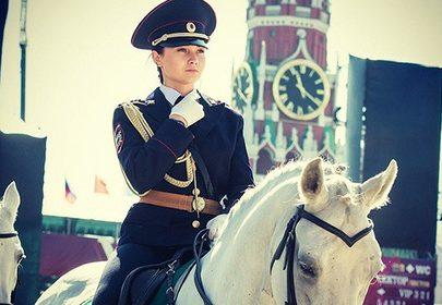 Полицейская девушка всадник на фоне Кремля поразила Японцев своей красотой